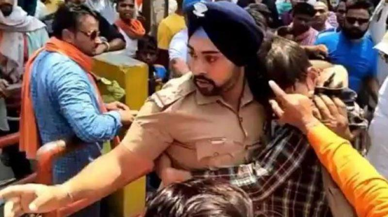 Sikh Cop Fighting a Mob